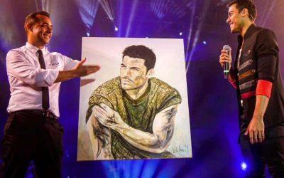 Victor Jerez firma un fin de semana entre estrellas musicales, pintando a Carlos Rivera