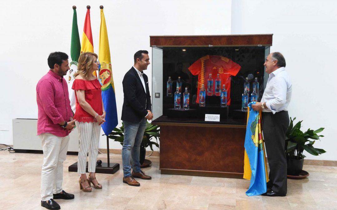 Algeciras exhibe las botellas de La Roja ilustradas por Víctor Jerez para el Mundial de Rusia 2018