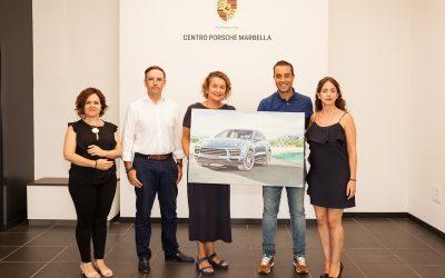 Víctor Jerez hace entrega a la propiedad de Safamotor del cuadro pintando con motivo del lanzamiento del nuevo Porsche Cayenne